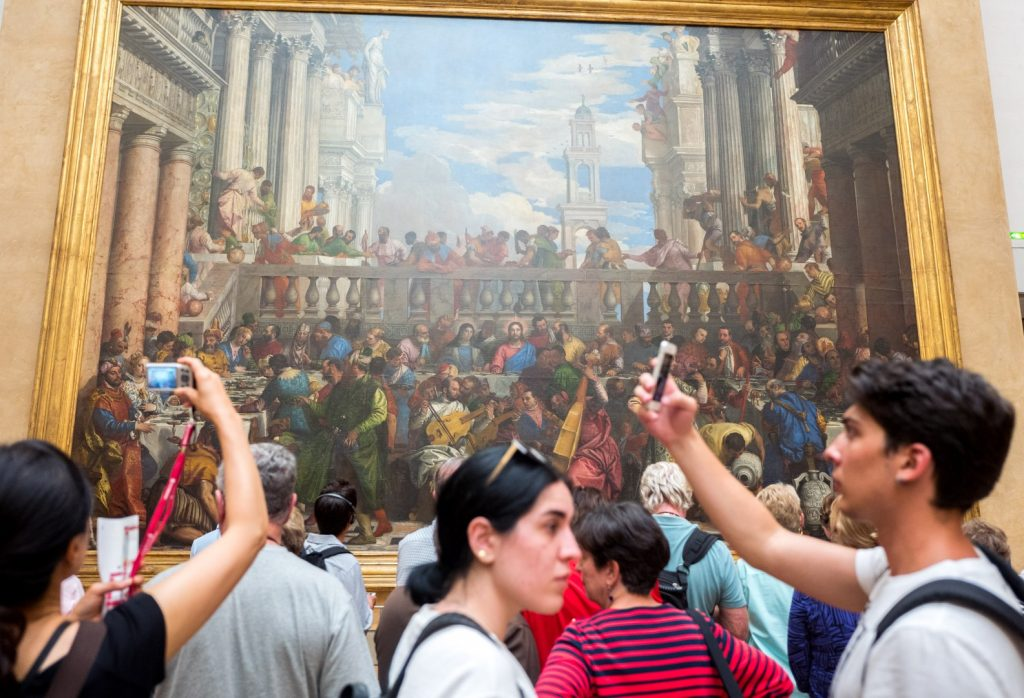 smartphones at the louvre with leica q